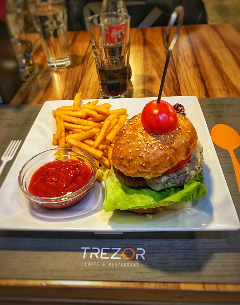 Burger sa pomfritom - Restoran Trezor Banja Luka
